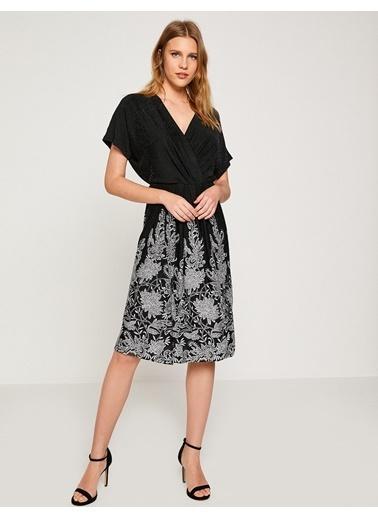 V Yaka İşlemeli Elbise-Koton